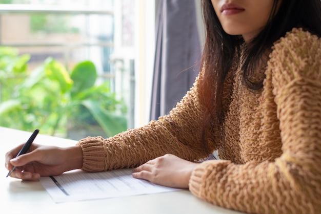 Close-up, de, mulher séria, trabalhando, com, relatório, em, escritório