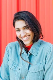 Close-up, de, mulher sorridente, olhando câmera