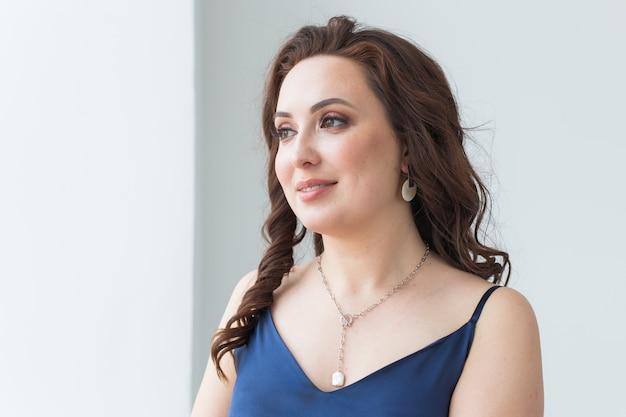Close-up de mulher usando bijuteria e acessórios. Foto Premium