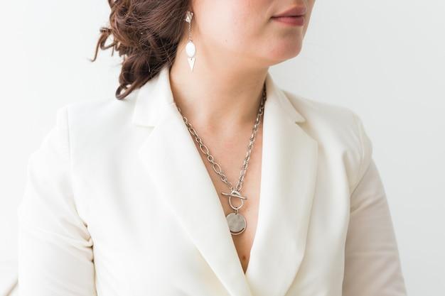 Close-up de mulher usando joias, bijuterias e acessórios.