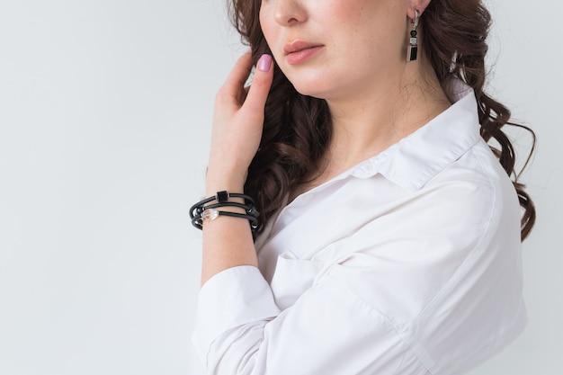 Close-up de mulher usando um colar de ouro. joias, bijuterias e acessórios.