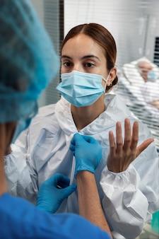 Close-up de mulher vestindo terno e máscara anti-perigo