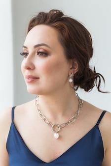 Close-up de mulher vestindo uma joia, bijuteria e acessórios.