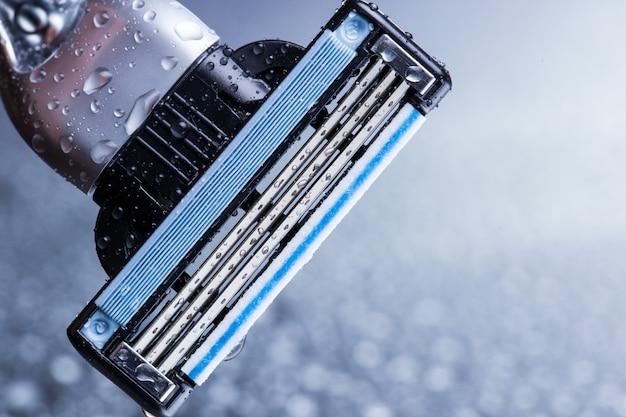 Close-up de navalha com gotas de água