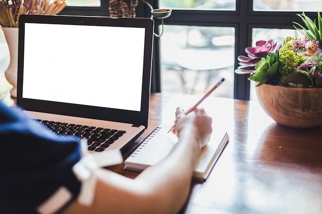 Close-up, de, negócio feminino, trabalhando, com, laptop, fazer uma nota, em, loja café