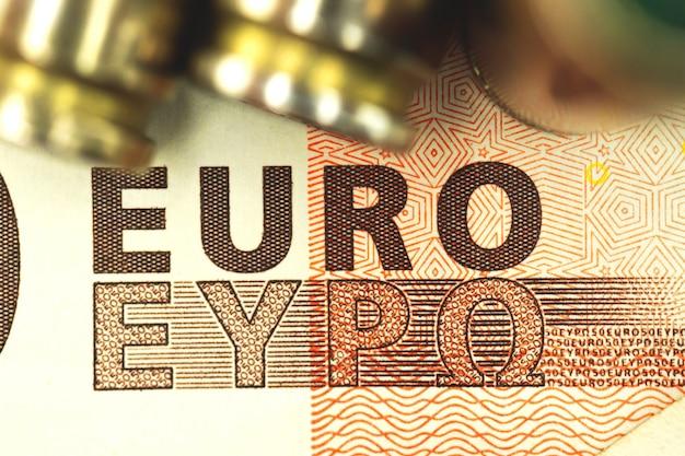 Close-up de notas de euro com bala, criminoso e máfia, foto de plano de fundo do conceito de corrupção