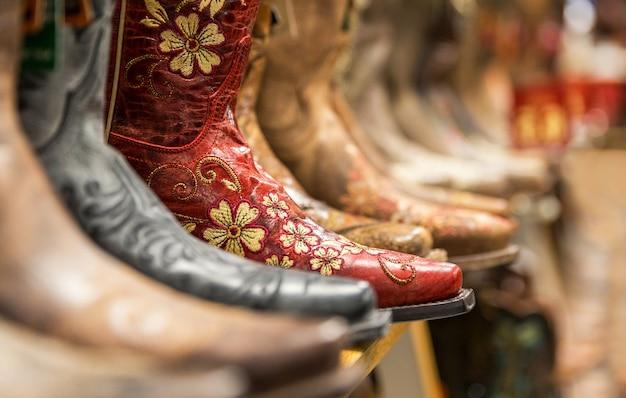 Close-up de novas botas de cowboy na prateleira