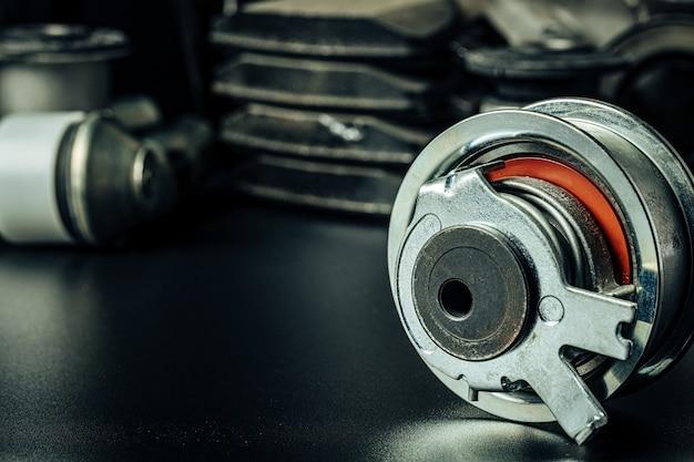 Close up de novas peças de carro em fundo preto