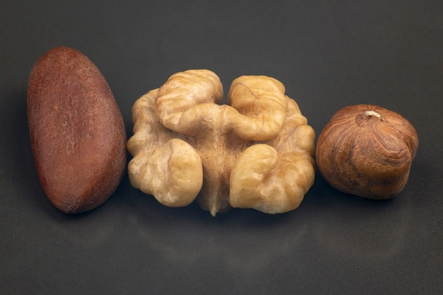 Close-up de nozes diferentes sobre um fundo cinza. alimentos saudáveis e vitaminas