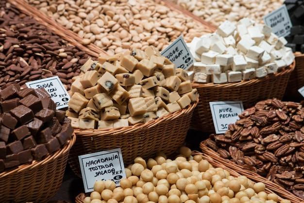 Close-up de nozes sortidas em um mercado