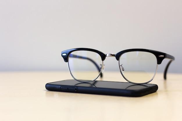 Close up de óculos no smartphone