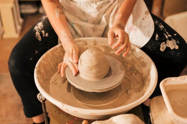 Close-up, de, oleiro, mãos, trabalhar, roda cerâmica
