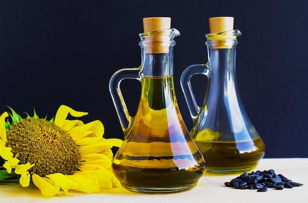 Close-up de óleo de girassol em jarras de vidro