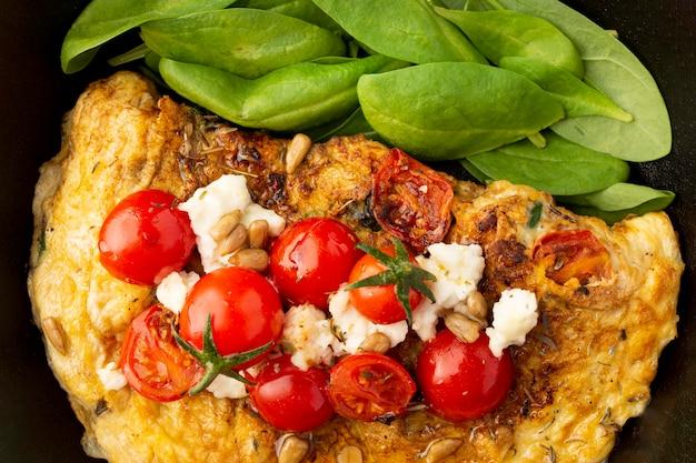 Close-up de omelete com queijo e tomate
