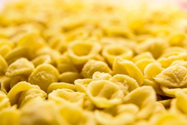 Close-up de orecchiette, macarrão de sêmola de trigo feita um por um à mão de uma forma tradicional na região italiana de bari.