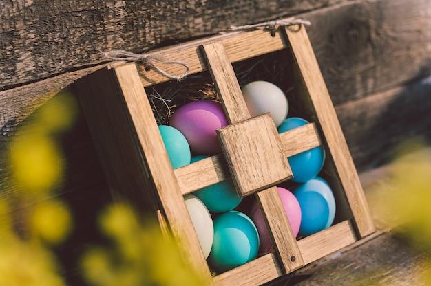 Close-up de ovos de páscoa em uma caixa. em cima da mesa no contexto do quadro.