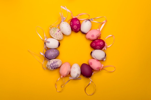 Close-up de ovos de páscoa na composição de quadros de círculo arredondado