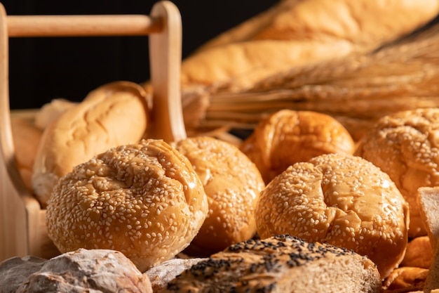 Close-up de pães com luz solar
