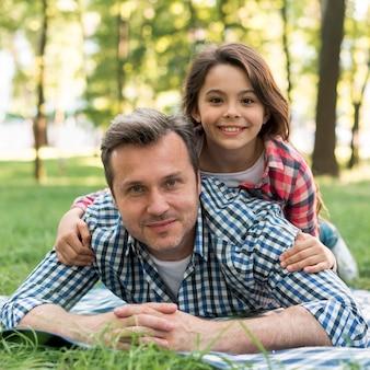 Close-up, de, pai filha, mentindo, ligado, cobertor, parque