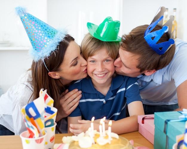 Close-up de pais comemorando o aniversário de seu filho