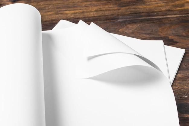 Close-up de papel em branco branco sobre a mesa de madeira