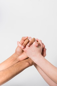 Close-up, de, par interracial, segurando, cada, outro, mão, contra, fundo branco
