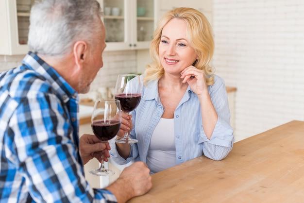 Close-up, de, par velho, desfrutando, a, vinho, cozinha
