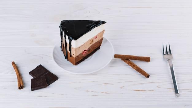 Close-up de pastelaria deliciosa; canela; barra de chocolate; garfo