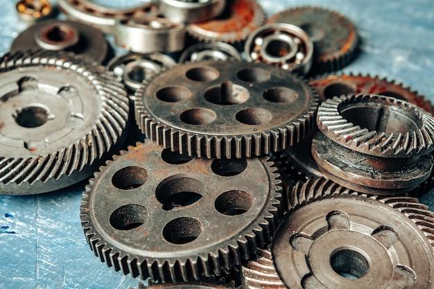 Close-up de peças antigas de carro enferrujado no escuro