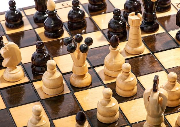 Close-up de peças de xadrez em um tabuleiro durante um jogo
