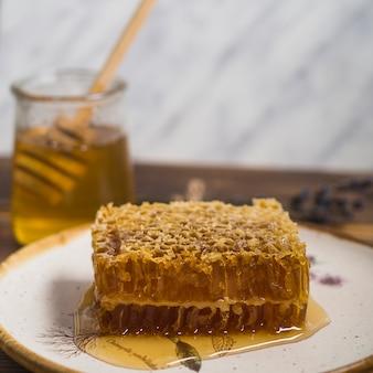 Close-up, de, pedaço favo de mel, branco, prato