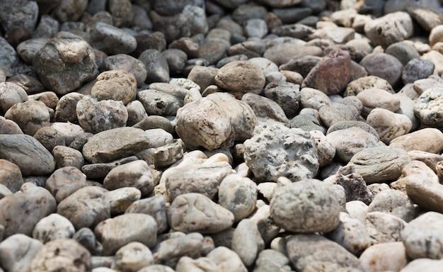Close up de pedras de cascalho cinza e amarelo