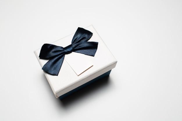Close-up de pequena caixa de presente com laço isolado.
