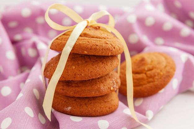 Close-up de pequenos biscoitos doces empilhados em uma mesa de madeira