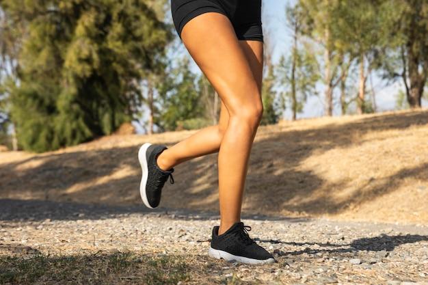 Close-up de pernas correndo ao ar livre