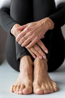 Close-up de pernas e mãos em uma mulher fitness