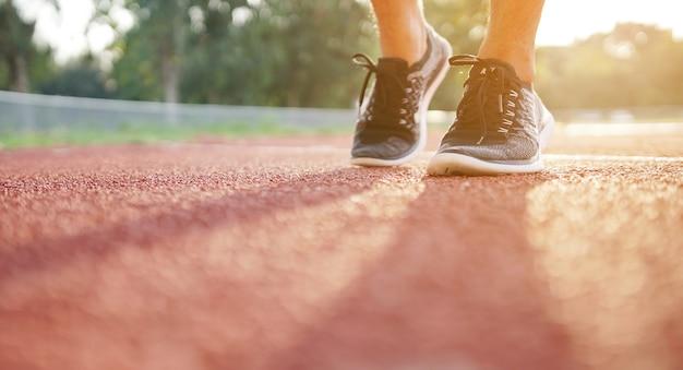 Close-up de pernas e tênis de homem de esporte
