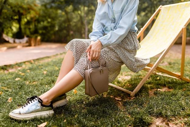 Close-up de pernas em tênis prateado