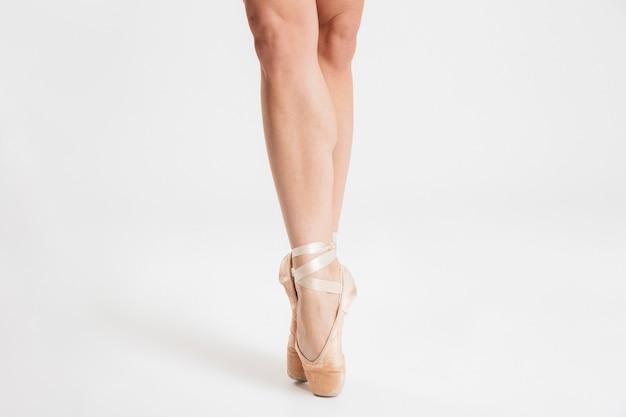 Close-up de pés de bailarina a dançar