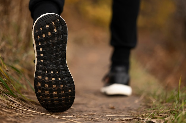 Close-up de pés masculinos na floresta