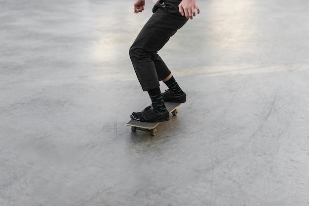 Close-up, de, pés, prática, com, a, skateboard