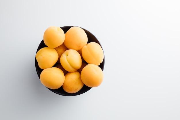 Close up de pêssegos maduros na mesa pêssegos maduros com folhas