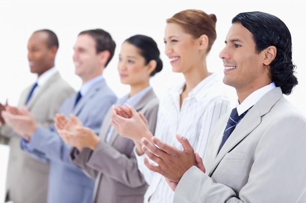 Close-up de pessoas de negócios felizes aplaudindo