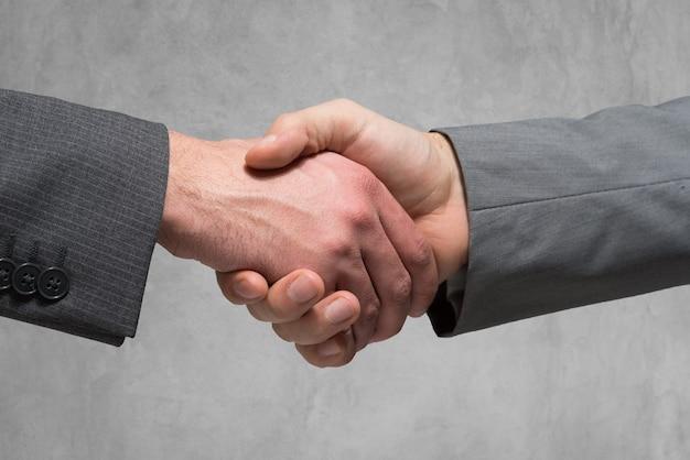 Close-up, de, pessoas negócio, apertando suas mãos