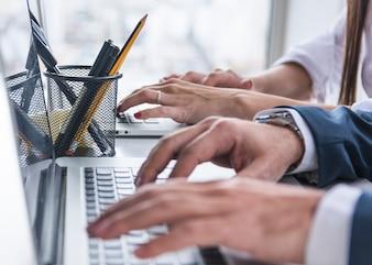 Close-up, de, pessoas negócio, mãos, ligado, laptop, escrivaninha