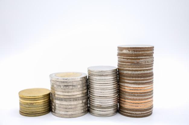 Close up de pilha tipo quatro de moedas no fundo branco e espaço para texto
