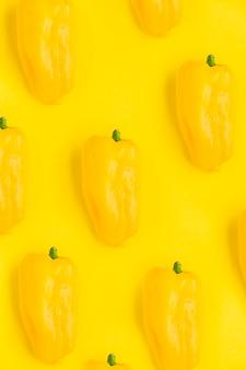Close-up de pimentos frescos no pano de fundo amarelo