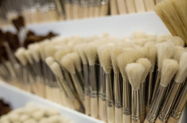 Close-up de pincéis de arte em uma loja