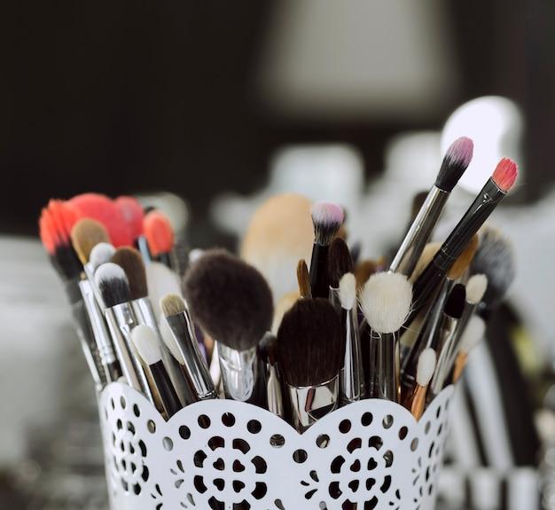 Close-up de pincéis de maquiagem