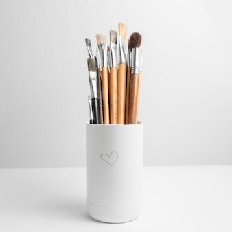 Close-up de pincéis de pintura em branco. Foto Premium